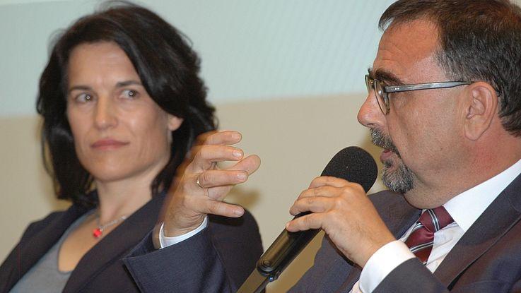Frau und Mann debattieren