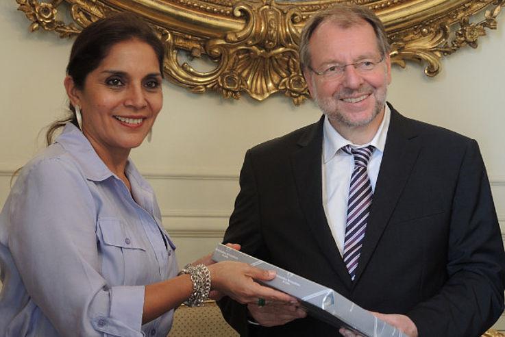Dr. Peter Witterauf im Gespräch mit Patricia Juarez, der stellvertretenden Bürgermeisterin von Lima