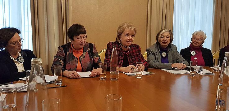 Delegierte an einem Tisch während einer Diskussion