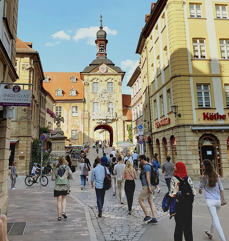 die alten, schön hergerichteten Gebäude der Altstadt. Kopfsteinpflaster, Türmchen, Touristen