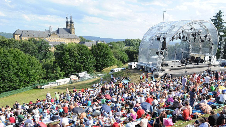 """Open Air Bühne auf der Klosterwiese in Banz bei den """"Songs"""" im Sommer 2016."""