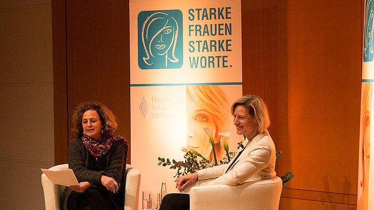Moderatorin Daniela Arnu mit Angelika Niebler