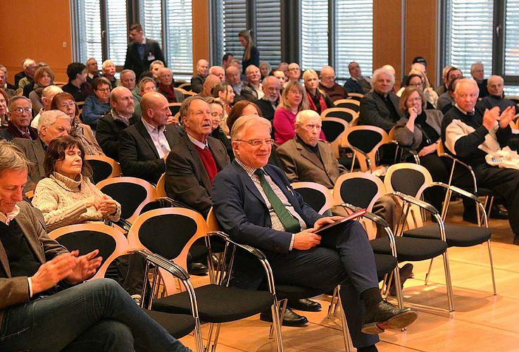 """Aber nicht nur Wertefragen sind in Deutschland Dauerthema; auch die Rolle der Geheimdienste und des Deutschen Verfassungsschutzes werden kontrovers diskutiert. Um zu dieser Debatte einen Beitrag zu leisten, stellte die Hanns-Seidel-Stiftung am Vorabend des """"Tags der Archive"""" einen Vortrag von Prof. Wolfgang Krieger zum Thema """"Geheimdienste und Demokratie"""" auf die Beine."""