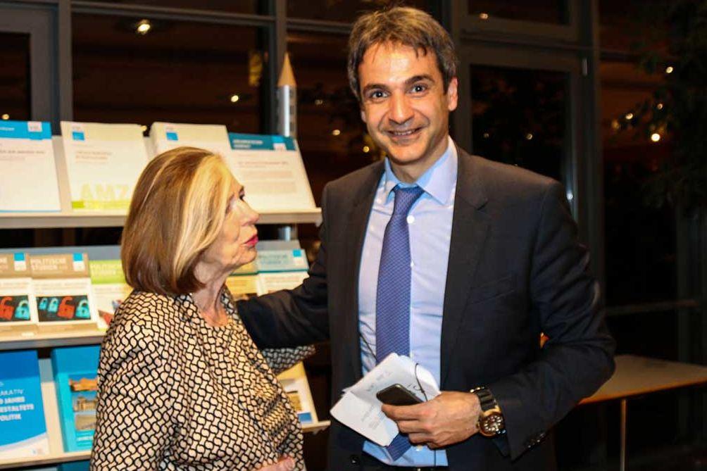 """Prof. Ursula Männle, Vorsitzende der HSS, mit Kyriakos Mitsotakis bei der Veranstaltung """"Hellas am Scheideweg"""" bei der HSS in München im Jahre 2015"""
