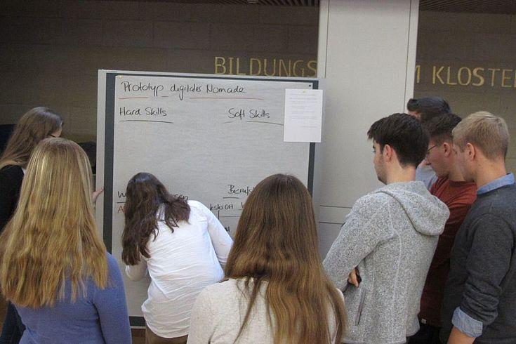 Engagiert erarbeiten die jungen Teilnehmer in einem Workshop die Voraussetzungen und Eigenschaften, die ein digitaler Nomade kennen sollte