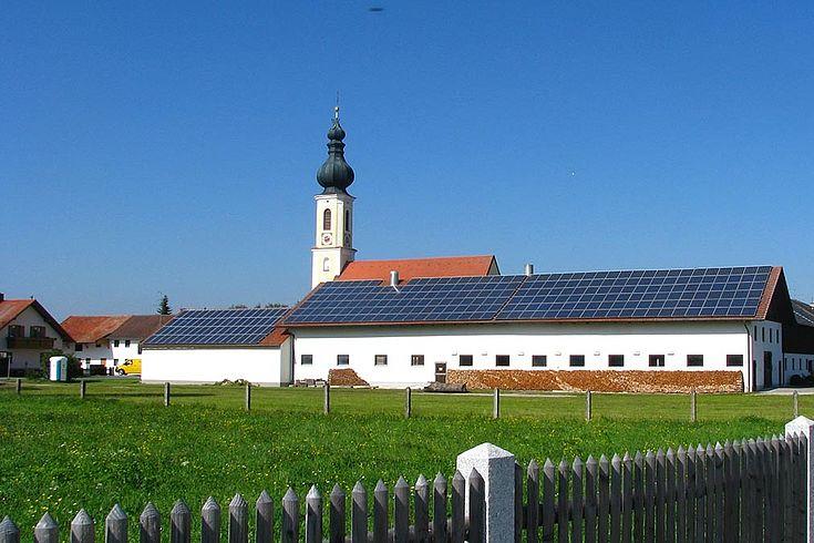 Energieerzeugung in Kommunen: Hausdächer mit Photovoltaikanlagen
