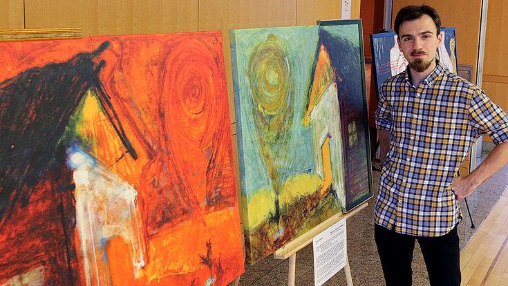 """Roman Khrushch malt im Stil des Symbolismus. Links das Werk ?Pain!, rechts ?Hope! """"Mit Symbolen erzähle ich eine Geschichte, die den Betrachter an die Grenze des Physischen und Metaphysischen bringt. Jeder Rezipient soll diese Geschichte für sich selber erzählen."""""""