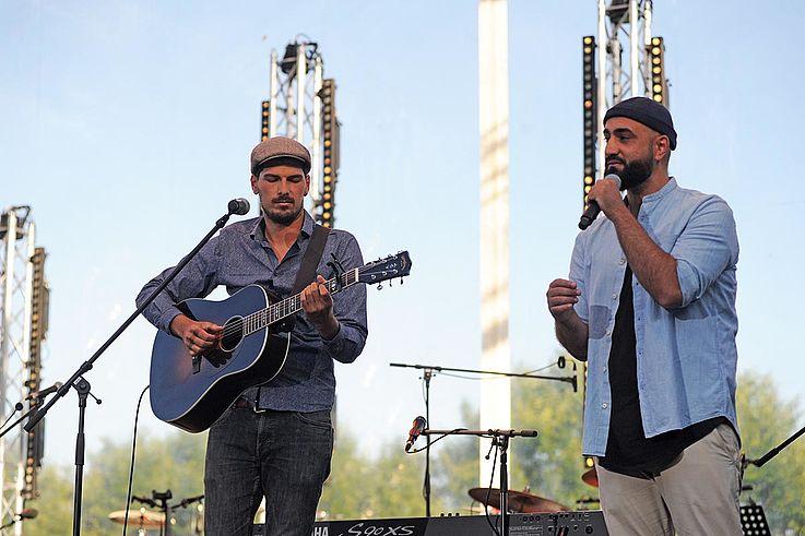 Die beiden Herbstbrüder auf der Bühne. Bremm spielt Gitarre, Morsünbül singt.