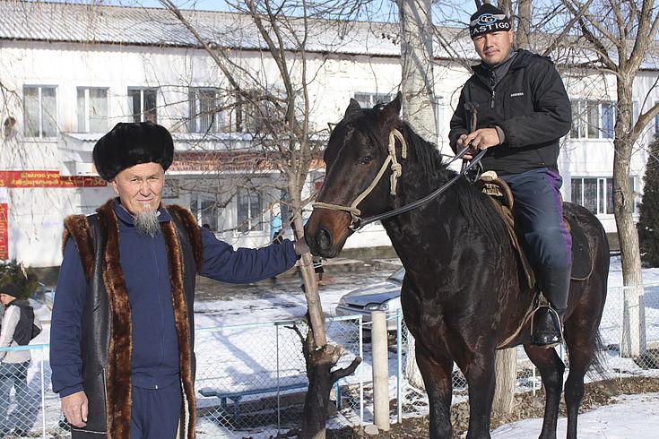 Zu Fuß, mit dem Auto oder zu Pferd zum Wählen. Landesweite Kommunalwahlen und Verfassungsreferendum in Kirgisistan.