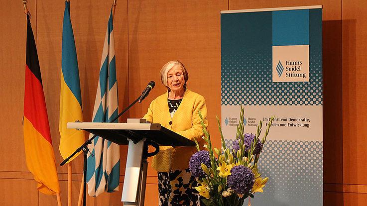 HSS-Vorsitzende, Prof. Ursula Männle, freut sich, die jungen Künstler*innen in München der Öffentlichkeit präsentieren zu können.