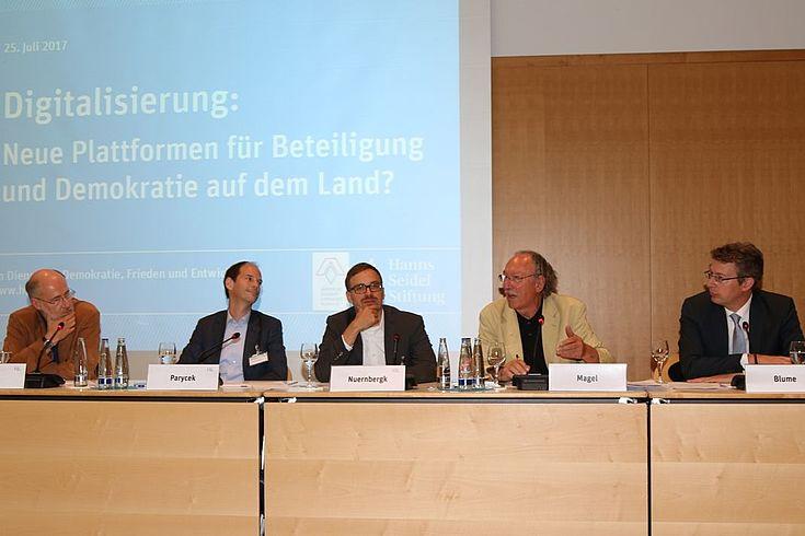 Rege Diskussion um Pro und Contra: Lesch, Paryczek, Nuernbergk, Magel, Blume