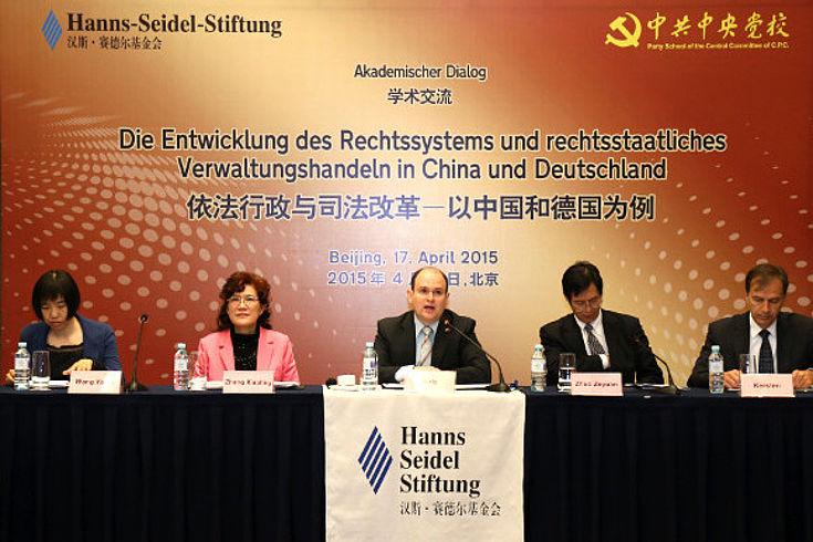 Eröffnung der Tagung mit Wang Yaqin (ZPH), Zhang Xiaoling (ZPH), Alexander Birle (HSS), Zhuo Zeyuan (ZPH) und Stephan Kersten