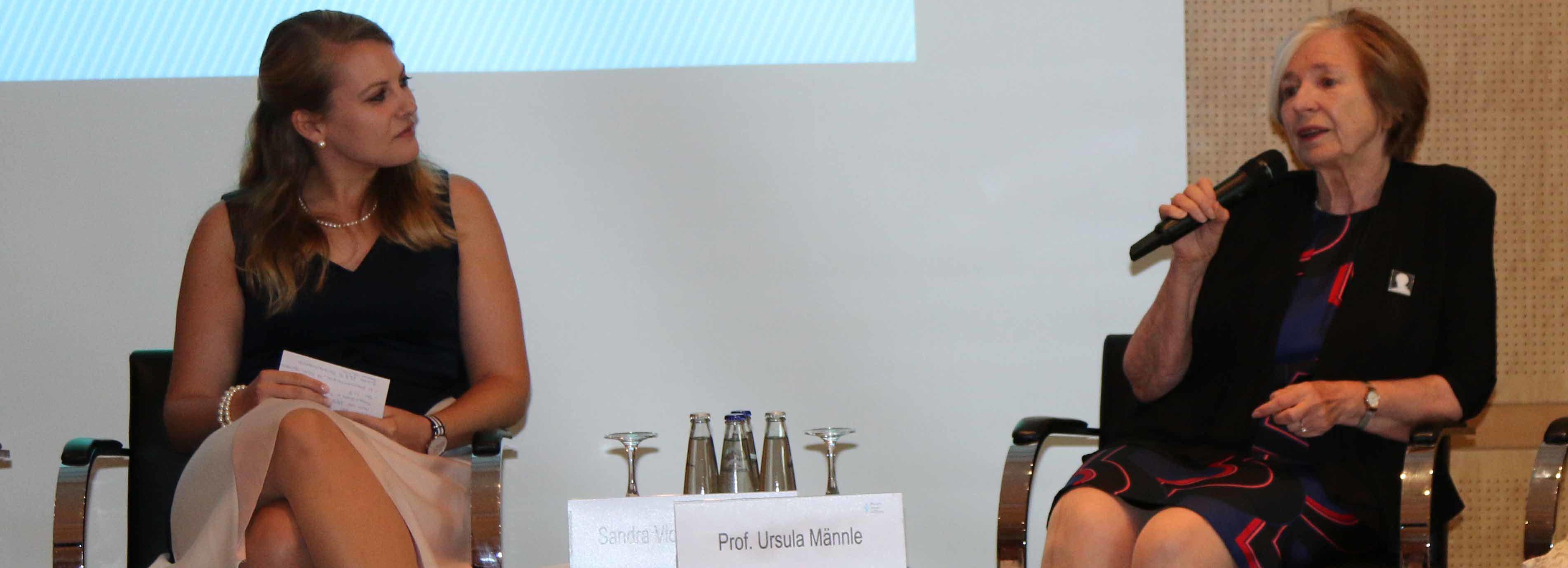 Rechte Hälfte des Panels mit Moderatorin, Männle und Amberger (rechts).