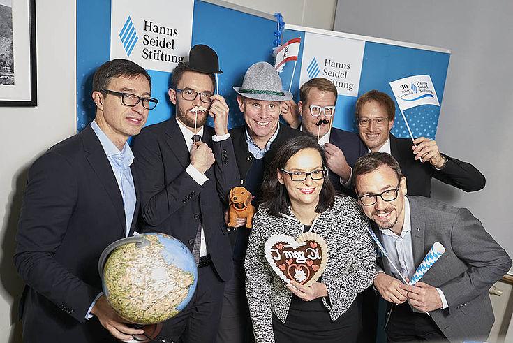 """""""Die bayerische HSS kann auch Berlin"""" (Dr. Wolf, HSS, mit falschem Bart oben, Zweiter von rechts)"""