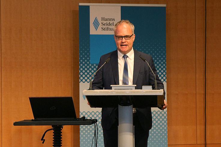 In seiner Begrüßung legt Karl-Heinz Keil die Latte hoch für den Vortrag von Dr. Rosenbusch: Wie steht es wirklich um den ÖPNV in und um München? Wo geht es voran, welche Projekte muss Rosenbusch stärker vorantreiben?
