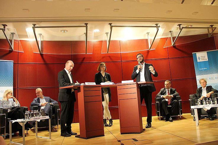 Erdmannsdorffer macht gerade, am Podium stehend, einen Punkt, den er mit viel Gestik unterstreicht.
