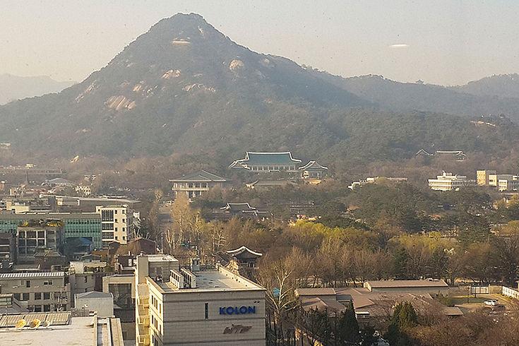 Das blaue Haus (im Hintergrund; davor der alte Königspalast) ist Sitz des Präsidenten und Machtzentrum in Seoul. Moon Jae‑In hat jedoch angekündigt, näher an das Volk ziehen zu wollen