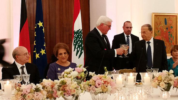 Staatstragendes Dekor mit Nationalflaggen im Hintergrund eines Abendessens