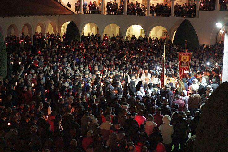 Orthodoxe Osterfeier vor dem Ausbruch von Corona im Kloster Brâncoveanu bei Sâmbăta de Sus, Rumaenien.