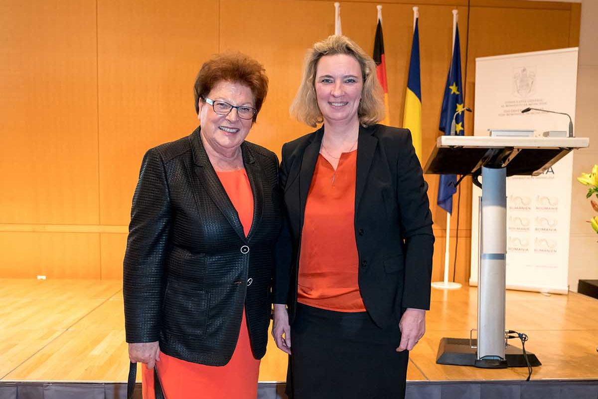 Die ehemalige Landtagspräsidentin Barbara Stamm mit Kerstin Schreyer, Bayerische Staatsministerin für Familie, Arbeit und Soziales. Stamm ist Vorsitzende des Kuratoriums der Bayerischen Kinderhilfe Rumänien e.V.