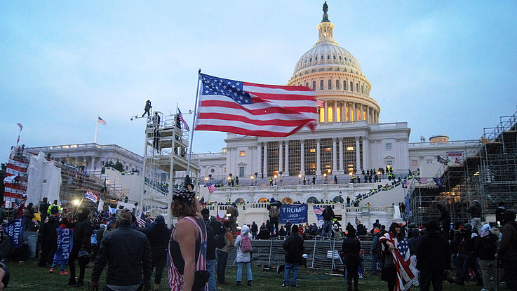 Demonstranten mit USA-Flaggen vor dem Kongress.