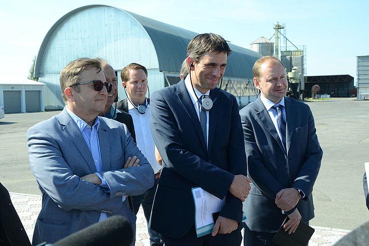 Jan Dresel (HSS, Mitte) mit Heinrich Martens (links, Vorsitzender des Int. Verbandes der Deutschen Kultur) und dem Vizegouverneur des Omsker Gebiets, Wladimir Kompanejschikow (rechts).