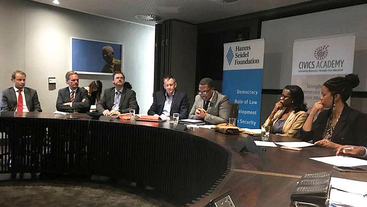 """Bei einem Expertendialog """"Quo Vadis South Africa – How do we move forward, together?"""" traf die deutsche Delegation auf prominente Vertreter der Regierung, der Wirtschaft, zivilgesellschaftlicher Organisationen sowie von Think-Tanks. Zu den Sprechern auf dem Podium gehörten der populäre ANC-Bildungsminister der Provinz Gauteng, Panyaza Lesufi, die angesehene Ökonomin Trudi Makhaya, die als Kommentatorin der Tageszeitung """"Business Day"""" bekannt ist, sowie Dr. Jakkie Cilliers, Leiter des Programms """"African Futures and Innovation"""" im Institute for Security Studies, einem Partner der HSS."""