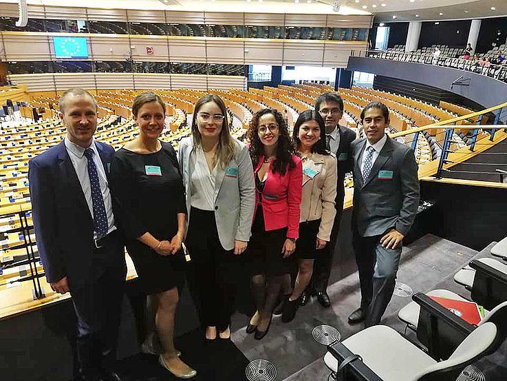 Gruppenbild im Plenarsaal des EU-Parlaments