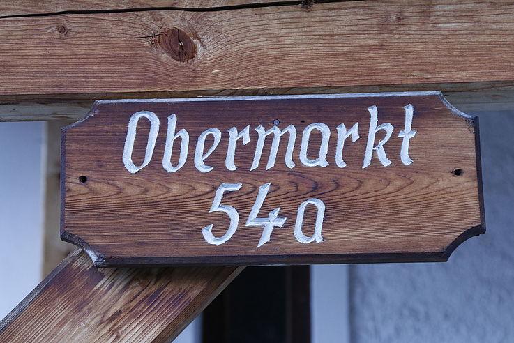 """Schild mit der Beschriftung """"Obermarkt 5"""""""
