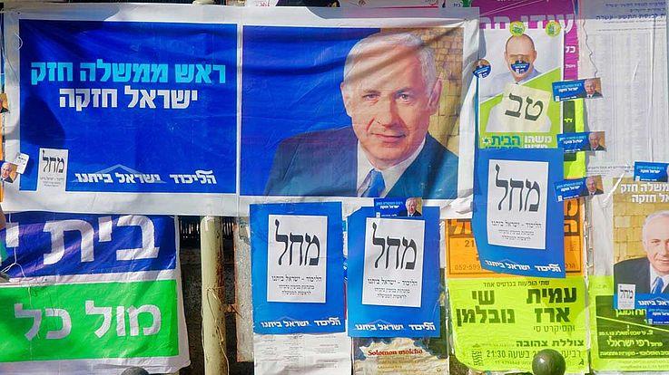 Wahlplakate. Netanjahus Gesicht lächelt den Betrachter an.