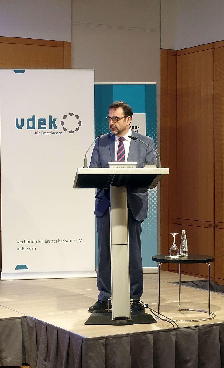 """Der Bayerische Staatsminister für Gesundheit und Pflege verdeutlichte: """"Wir werden uns die Frage der Nachhaltigkeit stellen müssen. Nachhaltigkeit heißt die Bedürfnisse der Gegenwart befriedigen ohne zu riskieren, dass zukünftige Generationen dies nicht mehr können."""""""