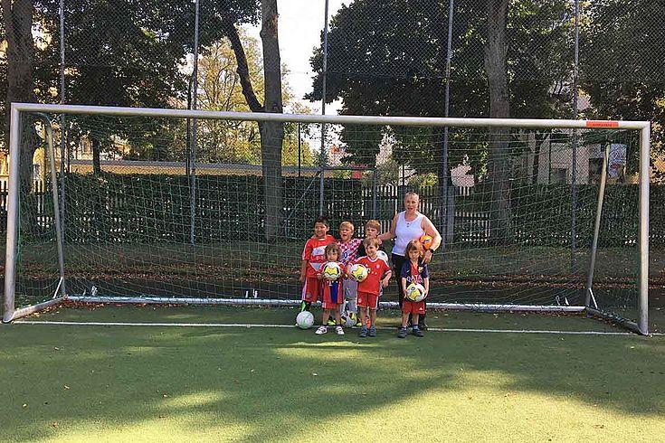 Pfaffinger mit ein paar ihrer jungen Spieler in einem großen Tor.