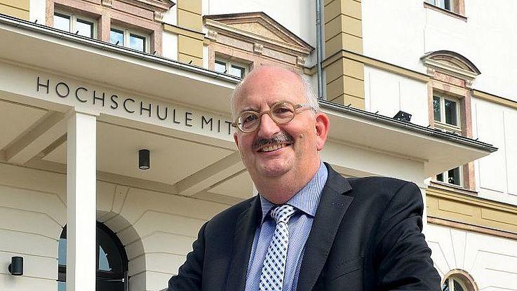 Prof. Dr. phil. Dr. h.c. mult. Ludwig Hilmer (geb. 1960 in Deggendorf/Bayern) studierte Geschichte und Politische Wissenschaften an der Universität Regensburg und arbeitete anschließend an seiner Promotion sowie als Autor, freier Journalist, Mitarbeiter wissenschaftlicher Forschungsprojekte sowie Bildungs- und Medienunternehmer. Von 1990 bis 1995 war er in der Medien- und Begabtenförderung der Hanns-Seidel-Stiftung tätig und wurde anschließend Professor und Gründungsdekan der Fakultät Medien an der Hochschule Mittweida, deren Rektor er seit Oktober 2010 ist. Seit 2014 hat er zudem das Amt des Landessprechers der sächsischen Hochschulen für angewandte Wissenschaften im Vorstand der Landesrektorenkonferenz inne und lehrt als Visiting Professor an mehreren internationalen Universitäten.