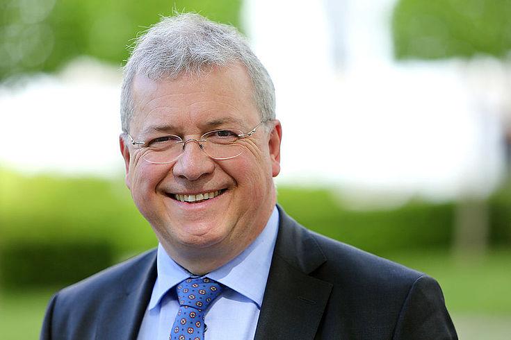 HSS-Vorsitzender, Mann im Anzug, lächelt in Kamera