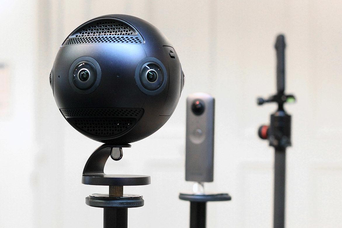 Eine runde Plastikkugel auf einem Stecken mit zwei Kameras, die wie Augen wirken.