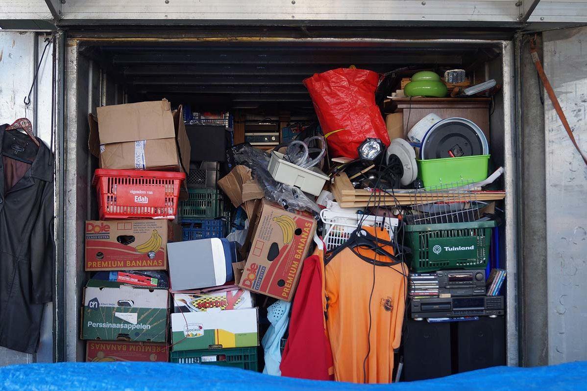 Ein Lagerraum randvoll mit Material für den Flohmarkt