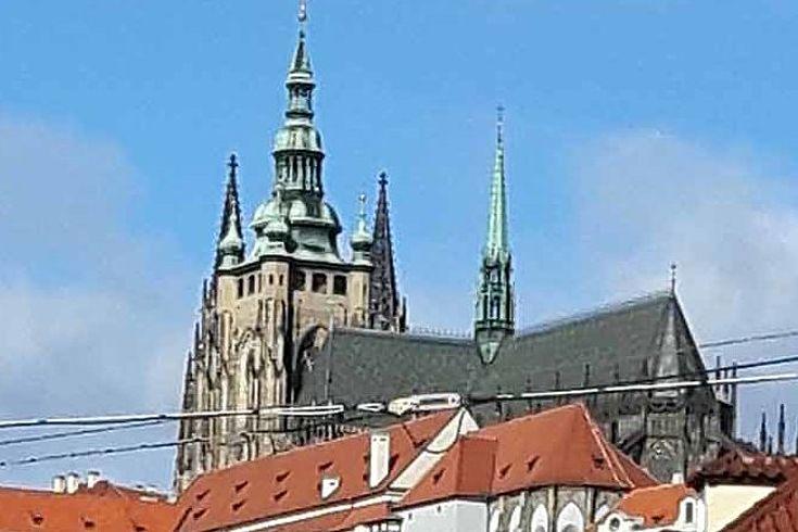 Ansicht der tschechischen Hauptstadt mit der Straßenbahn im Vordergrund.