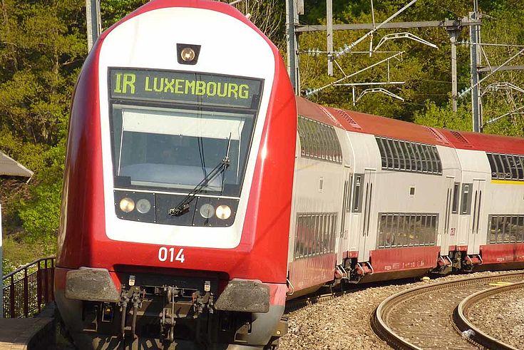 Regionalzug von vorne mit der Aufschrift IR_Luxemburg