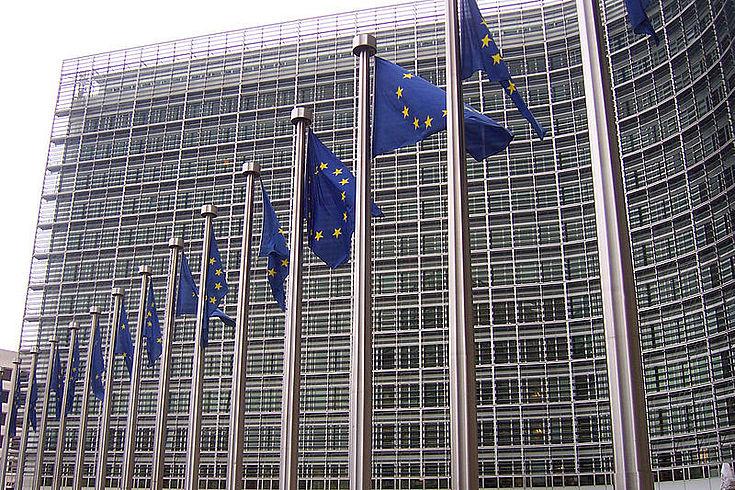 Bild des Gebäudes der Kommission mit Europas Flaggen davor