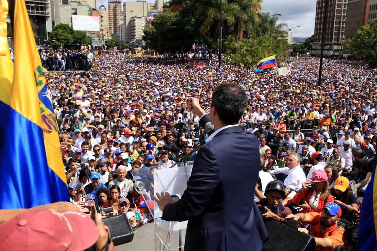 Guaidó hält vor tausenden Menschen eine Ansprache. Dynamisch. Aufbruch.