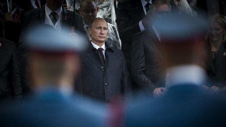Putin zwischen Soldaten