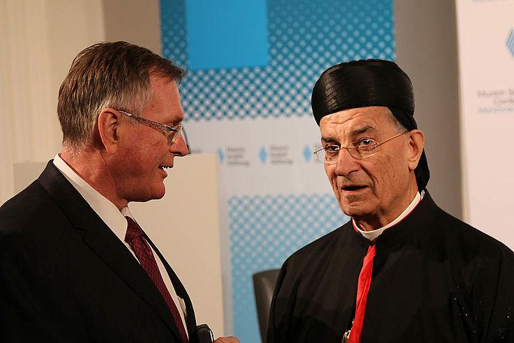 Der ehemalige Vizepräsident des Deutschen Bundestages, Johannes Singhammer, CSU, mit Béchara Pierre Kardinal Raï aus dem Libanon.