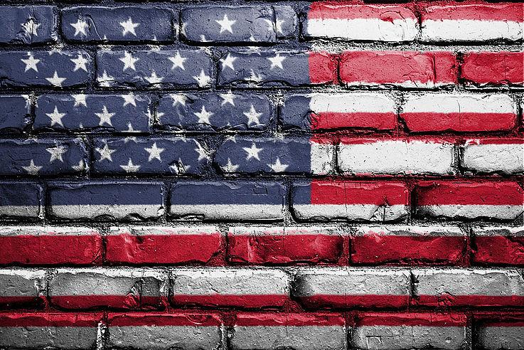 Die Flagge der USA auf einer Mauer