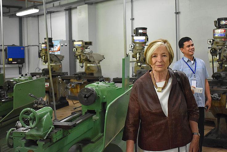 Die Vorsitzende besichtigt im DualTech Training Center die Werkräume, in denen die Berufsschüler praktisch ausgebildet werden.