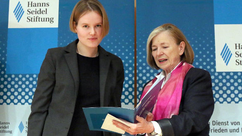 Helen Preiß, Siegerin des Wettbewerbs 2014/15 und Stiftungsvorsitzende Ursula Männle