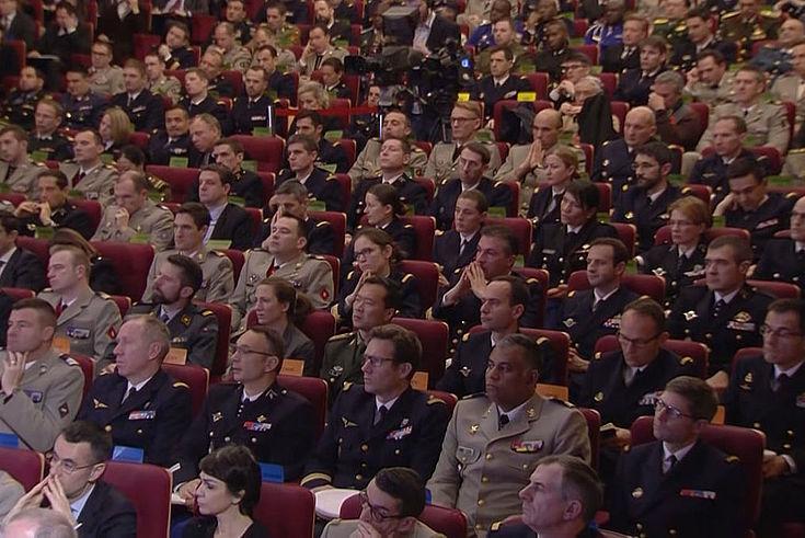 Viele Männer in Uniform in einem Saal. Zuhörend.