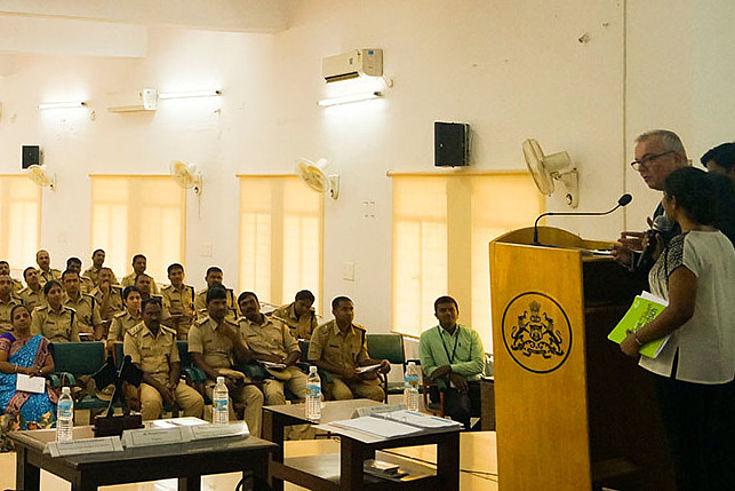 Dr. Wolfgang Sommer erklärt den Kadetten in Karnataka Grundlagen der bayerischen Polizeiarbeit