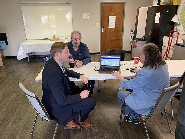 Jörg an einem Tisch im Gespräch mit einer Wahlkampfhelferin