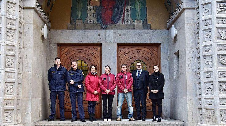 Gruppenbild vor den Toren des Polzeipräsidiums