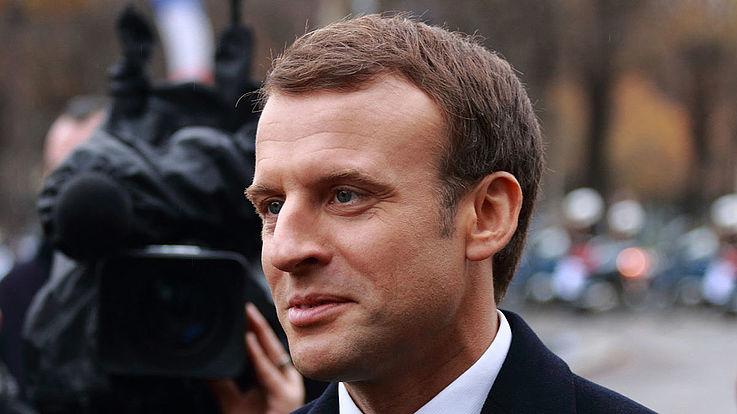 Macron hebt gerade zu einer Antwort an. Kameras im Hintergrund.